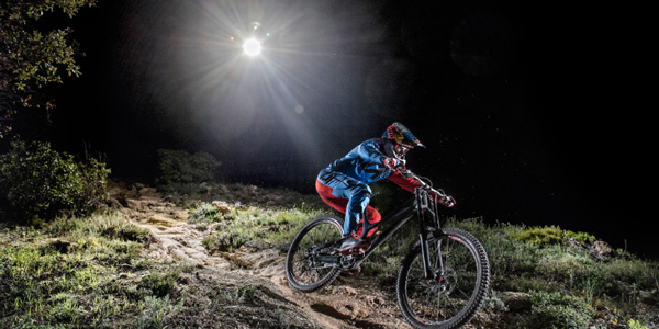 Night Chase – Course poursuite nocturne entre un drone et Loïc Bruni !